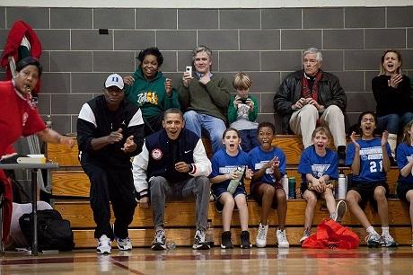 Hai huấn luyện viên của đội bóng rổ ở trường cô con gái nhỏ Sasha bận việc không thể đi cùng đội tới một trận thi đấu, khi biết chuyện, ông Obama và sĩ quan phụ tá của mình đã cùng nhau đảm nhận vị trí huấn luyện viên trong trận đấu này.