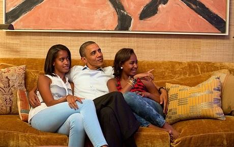 Cùng hai cô con gái xem TV.