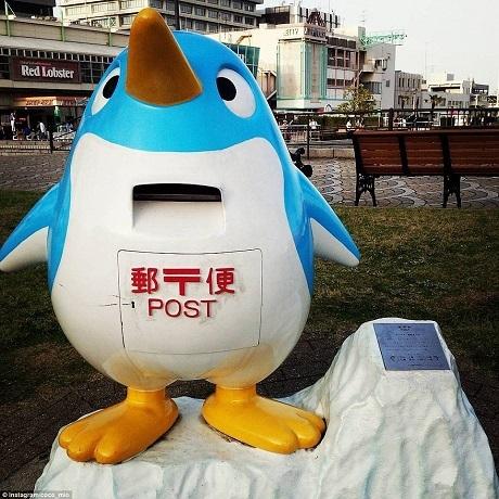 Hòm thư chim cánh cụt ở thành phố Nagoya.