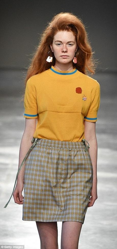 Mặc dù đây là tuần lễ thời trang nam, nhưng Moto Guo vẫn đưa vào một số mẫu thời trang nữ và mời người mẫu nữ trình diễn xen kẽ với dàn mẫu nam.