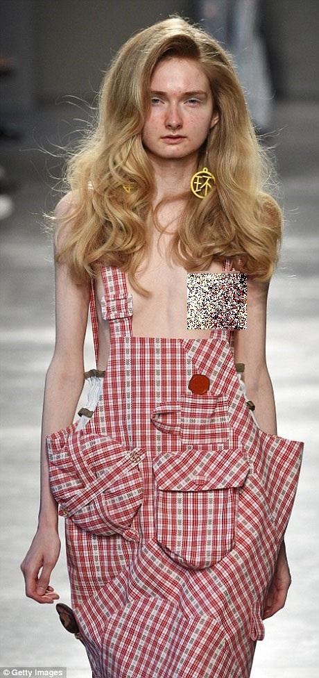Các người mẫu nữ cũng có ý tưởng trang điểm tương tự, nhấn vào nét tự nhiên của gương mặt, trang điểm tối giản với rất nhiều khuyết điểm được để lộ. Ngoài ra, trên mỗi bộ trang phục của người mẫu đều có một dấu xi đỏ.