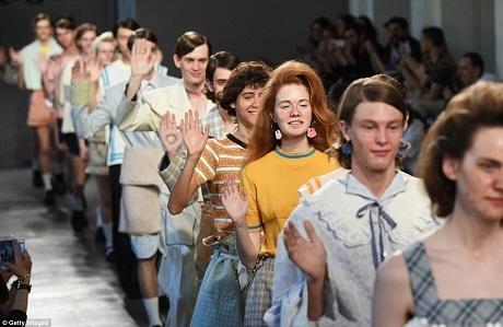 Chỉ đến khi show trình diễn kết thúc, người mẫu mới bước ra sân khấu với nụ cười thể hiện khía cạnh hài hước của buổi trình diễn.