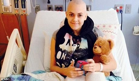 """Cô gái 16 tuổi Calysta Bevier biểu diễn nhạc phẩm """"Fight Song"""" như kể lại chính một phần cuộc đời của mình. Calysta Bevier đã từng trải qua trị liệu ung thư buồng trứng."""