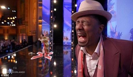 Người dẫn chương trình Nick Cannon cũng la lên vì sợ.