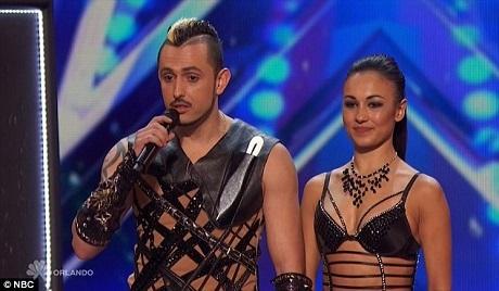 Cặp đôi Alfredo và Anna Silva trình diễn tiết mục phi dao nghẹt thở.