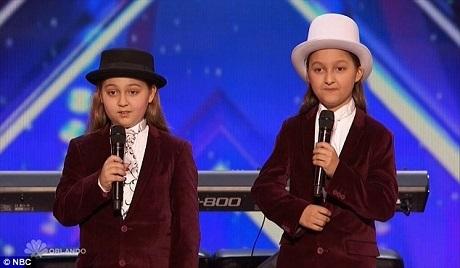 Cặp đôi song sinh Elias và Zion trông rất phong cách khi xuất hiện trên sân khấu.