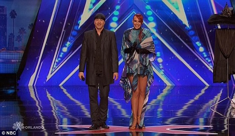 Anh Sos Petrosyan và vợ - chị Victoria cùng thực hiện một màn ảo thuật thay đổi trang phục chỉ trong nháy mắt.