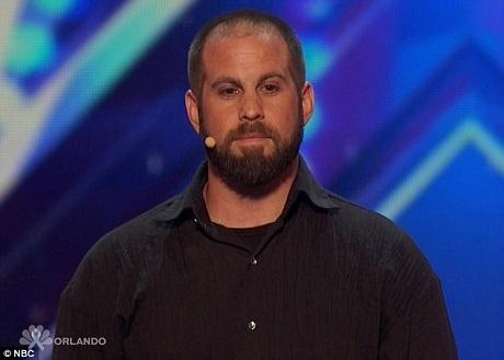 Cựu cầu thủ bóng bầu dục Jon Dorenbos thể hiện tài ảo thuật gây sửng sốt với các lá bài.