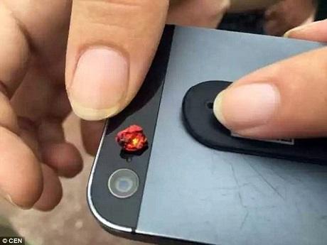 Trước đó, thông tin về một người dân địa phương bất ngờ tìm thấy một viên đá được cho là hồng ngọc và bán được nó với giá 50.000 tệ (170 triệu đồng) đã rất thu hút sự quan tâm của công chúng, khiến nhiều người đổ về đây tìm vận may.