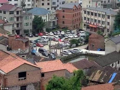 Xe hơi xuất hiện tại làng Hậu Trang nhiều bất thường.