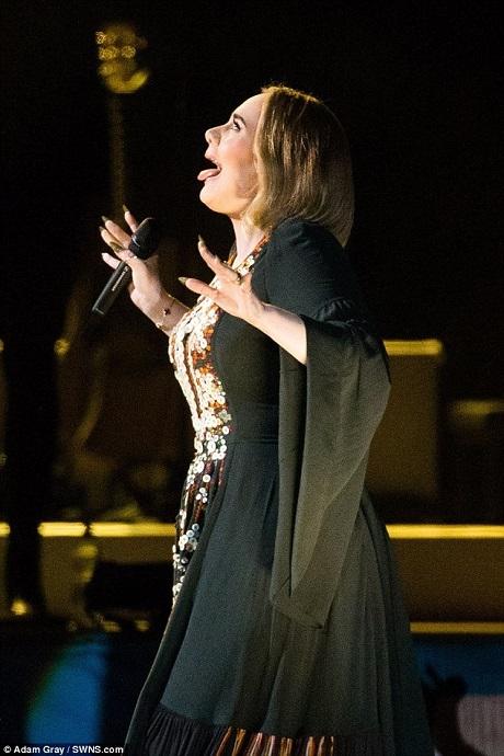 Cuối cùng, Adele đã dám vượt qua nỗi sợ của bản thân để đến với sân khấu khổng lồ của lễ hội âm nhạc Glastonbury. Adele đã có nhiều cảm xúc tại đây và cô cảm ơn các khán giả tuyệt vời đã giúp làm nên khoảnh khắc tuyệt diệu.