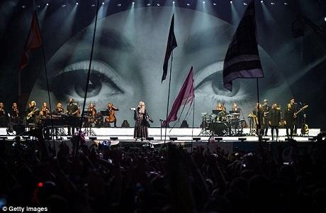 Adele được hỗ trợ trên sân khấu bởi một dàn nhạc và nhóm các ca sĩ hát bè.