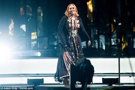 Từng phải chiến đấu với nỗi sợ sân khấu, nhưng sau nhiều năm trong nghề và những tour lưu diễn lớn, dần dần Adele cũng cảm thấy bớt sợ hãi khi đứng trước những đám đông khán giả khổng lồ.