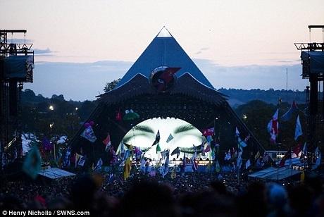 Adele biểu diễn trên sân khấu Kim tự tháp với đám đông khán giả chạy xa hết tầm mắt.