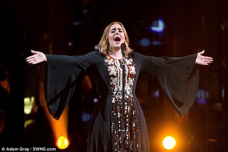 Adele xuất hiện trên sân khấu đầy tự tin và thoải mái, dù thực tế, nữ ca sĩ này từ lâu đã chia sẻ rằng cô bị hội chứng sợ đám đông, vì vậy, cô thường rất căng thẳng mỗi khi phải đứng trên sân khấu lớn, trước số lượng khán giả khổng lồ.