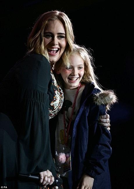Adele mời lên sân khấu một cô bé và chia sẻ với đám đông khán giả rằng chính bản thân mình cũng từng đến với Glastonbury từ khi còn nhỏ như vậy.