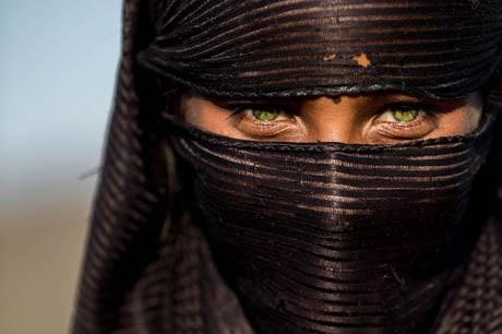 Arzu, 10 tuổi, cô bé sống bằng nghề biểu diễn ảo thuật trên đường phố Jaipur, Ấn Độ.