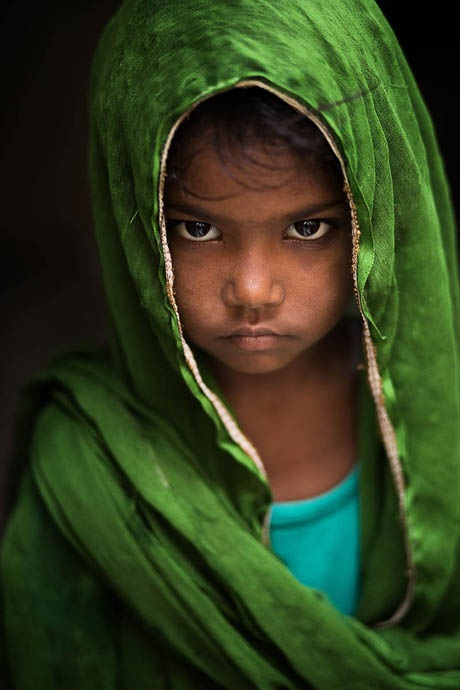 Một cô bé ở thành phố Varanasi, Ấn Độ.
