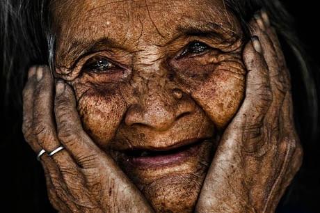 Bà cụ 103 tuổi, người dân tộc, sống ở vùng núi phía Bắc Việt Nam.