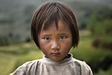Em bé sống ở vùng núi phía Bắc Việt Nam.