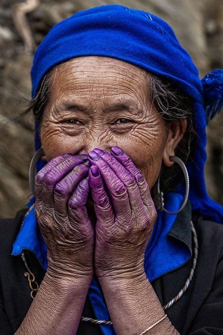 Bà cụ người H'mông nhuộm vải.