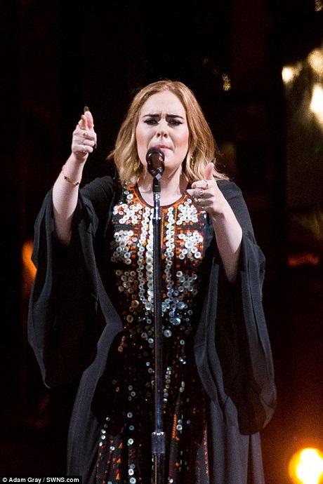 Mặc dù có những vấn đề tâm lý khi đứng trước đám đông, nhưng Adele đã vượt qua chính mình khi lần đầu tiên tự tin xuất hiện trên sân khấu Glastonbury. Trước đây, vì nỗi lo sợ đám đông khổng lồ mà Adele đã nhiều lần từ chối lời mời biểu diễn tại đây.