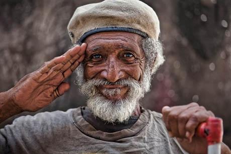 Ông cụ vui vẻ tình cờ gặp trên đường phố La Habana, Cuba.