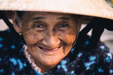 Bà cụ Bùi Thị Xong, 78 tuổi, một nhân vật để lại nhiều cảm xúc và kỷ niệm trong loạt ảnh chân dung của Rehahn.