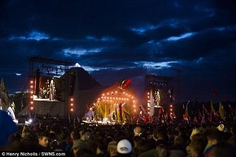 Dù mới lần đầu xuất hiện tại lễ hội âm nhạc Glastonbury nhưng Adele đã biết cách làm nóng không khí tại đây.