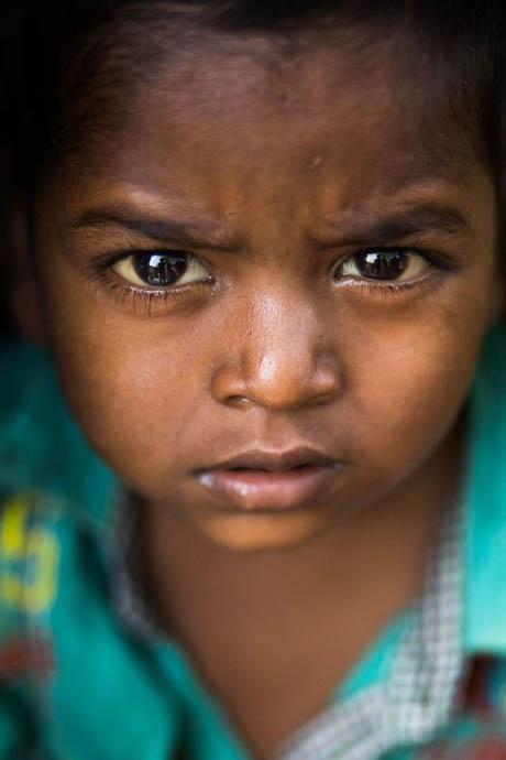 Cậu bé sống ở thành phố Varanasi, Ấn Độ.