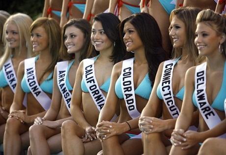 Những thí sinh tham gia phần thi bikini tại Miss Teen USA 2007. Ban tổ chức cuộc thi đã vừa tuyên bố phần thi bikini từ giờ sẽ được thay thế bằng phần thi trang phục thể thao.