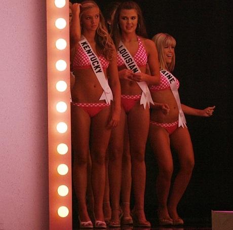 Những thí sinh của Miss Teen USA 2007 đang chuẩn bị phía sau sân khấu cho phần thi bikini.