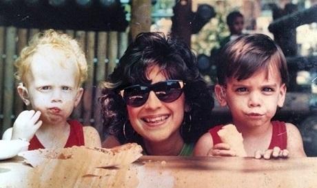 Nyle (phải) và mẹ - bà Donna, cùng người anh trai song sinh Nico.