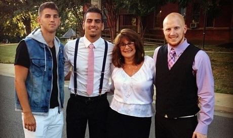 Nyle (sơ mi trắng) cùng với mẹ và các anh em trai.