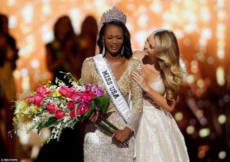 Cô Deshauna Barber được trao vương miện Miss USA 2016 từ người tiền nhiệm.