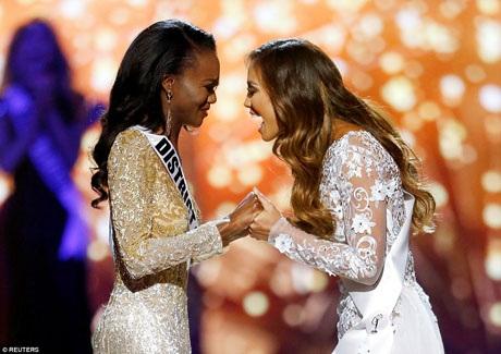 Deshauna Barber nắm tay Á hậu 1 sau khi được tuyên bố là người giành chiến thắng tại cuộc thi Miss USA 2016.