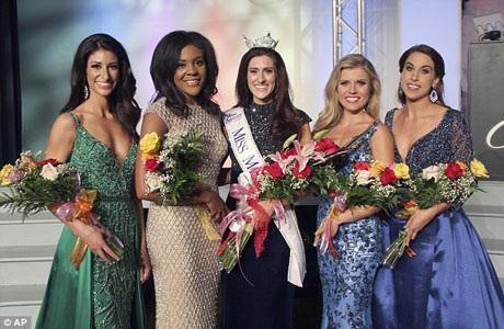 Erin OFlaherty chụp hình với các thí sinh khác trong cuộc thi Hoa hậu bang Missouri.