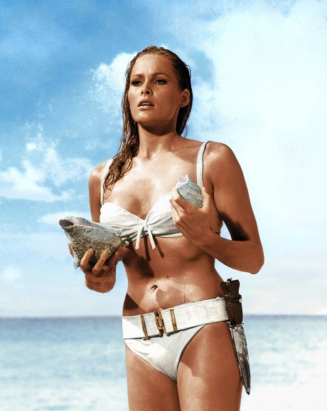 """Nữ diễn viên Ursula Andresss xuất hiện gợi cảm với bikini trong tập phim đầu tiên về Điệp viên 007 - """"Dr No"""" (1962)."""