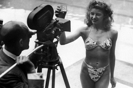 Vũ nữ thoát y Michele Bernardini mặc thiết kế bikini đầu tiên trong lịch sử.