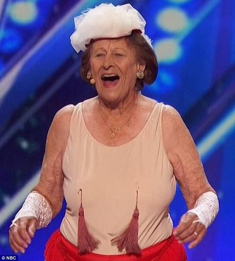 Bà cụ Dorothy Williams, 90 tuổi, đã nhận được nút vàng cuối cùng của vòng loại Tìm kiếm Tài năng Mỹ từ người dẫn chương trình Nick Cannon.