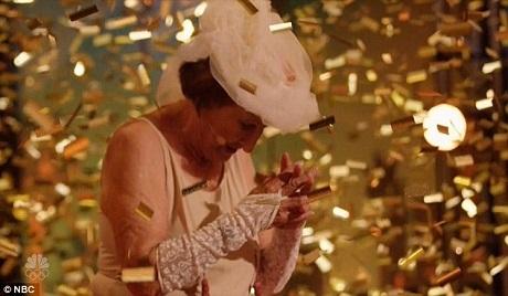 Bà cụ Dorothy đã nhận được nút vàng đặc cách từ người dẫn chương trình Nick Cannon.