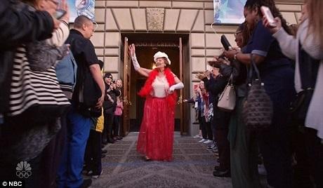 Đám đông bên ngoài khán phòng cổ vũ bà Dorothy sau khi bà có một phần thi thành công ngoài mong đợi.