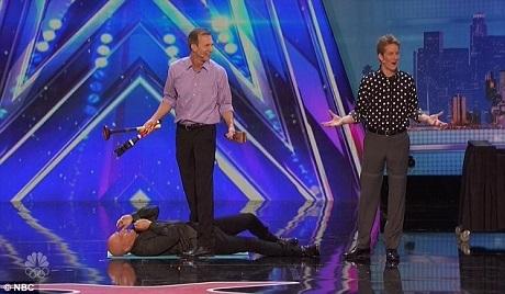 Giám khảo Howie Mandel được mời lên để hỗ trợ thí sinh trong phần trình diễn tung hứng nguy hiểm.