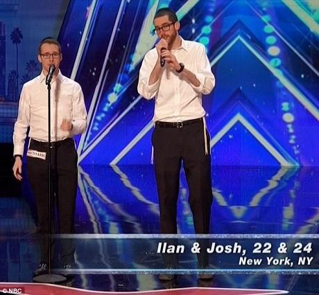 """Hai thí sinh Ilan và Josh đã gây ấn tượng với ban giám khảo bằng khả năng """"beatbox""""."""