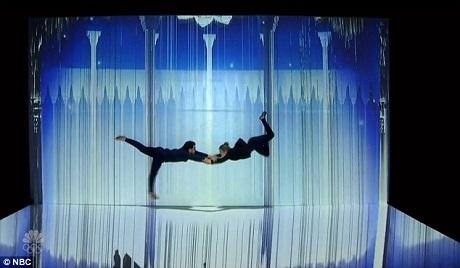 Nhóm múa Sila Sveta sử dụng ánh sáng và hình ảnh kỹ thuật số để tạo nên hiệu ứng.