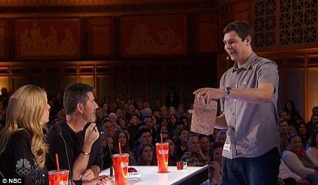 Thí sinh Steven Brundage trình diễn ảo thuật Rubik.