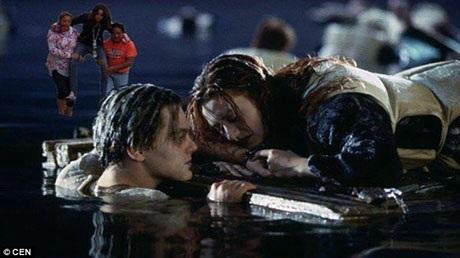"""Hình ảnh chụp cô Lydia ở vùng ngập lụt đã ngay lập tức trở thành chủ đề của những bức ảnh chế hài hước xuất hiện trên mạng xã hội, như trong bức ảnh này, cô được đưa vào bối cảnh phim """"Titanic""""."""