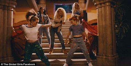 Phần hình ảnh của MV mới này khá tương đồng với MV nguyên bản của Spice Girls hồi thập niên 1990.