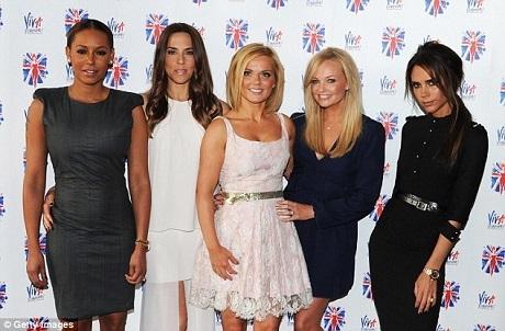 """Trong khi các thành viên vẫn thể hiện sự thân tình vui vẻ trong những dịp gặp gỡ đầy đủ hiếm hoi, riêng Victoria Beckham luôn có sự xa cách nhất định với các chị em một thời của mình. Một phần vì phong cách của Vic vốn """"lạnh""""."""