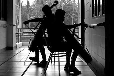 Việc luyện tập đối với các thành viên trong Thai Blind Orchestra rất khó khăn, do các em không thể đọc được bản nhạc một cách dễ dàng. Từng vị trí đặt ngón tay trên nhạc cụ đều phải được học thuộc. Bên cạnh việc luyện tập cùng nhau, các em cũng phải dành nhiều thời gian để tự mình luyện tập riêng.
